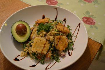 Quinoasallad med halloumi och avocado