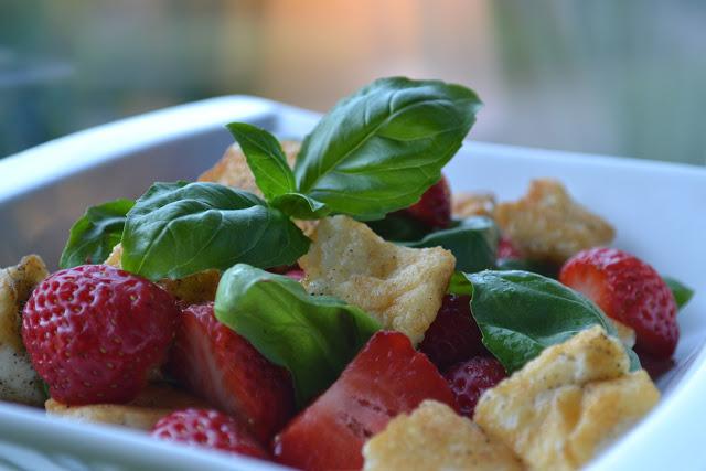 Halloumisallad med jordgubbar och basilika