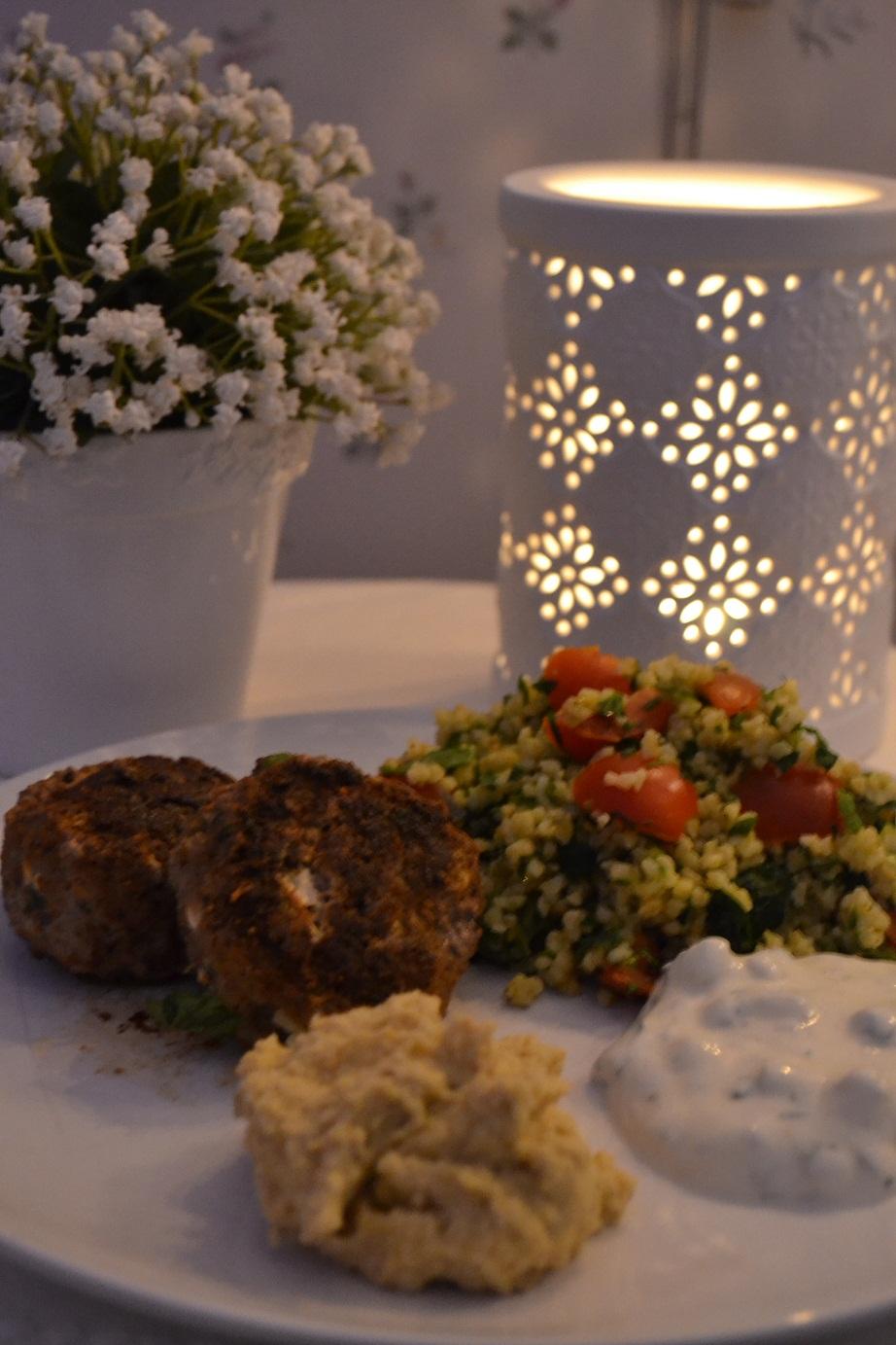 Lammfärsbiffar med tabouleh, raita och hummus