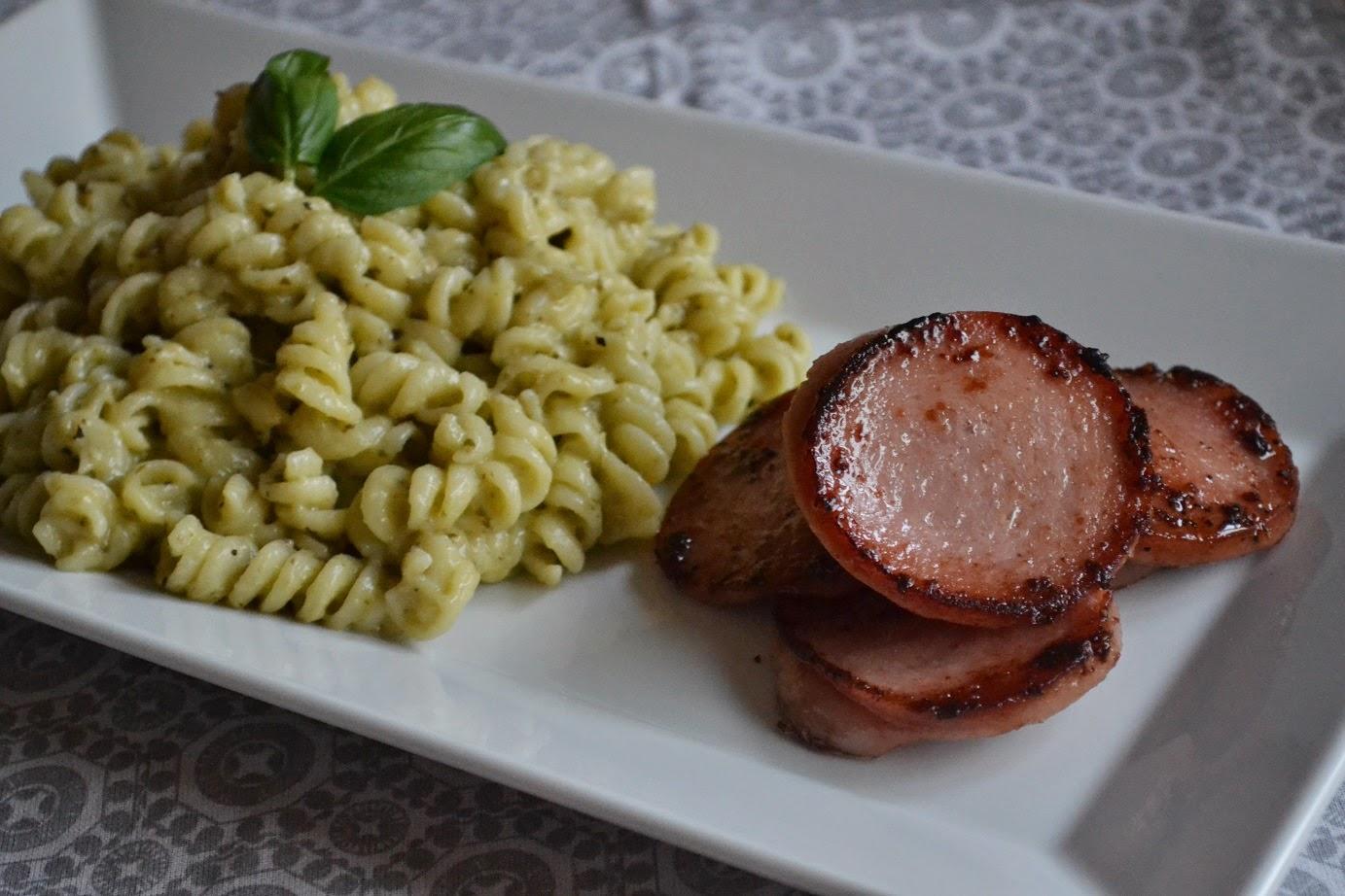 Stekt falukorv med pestostuvad pasta