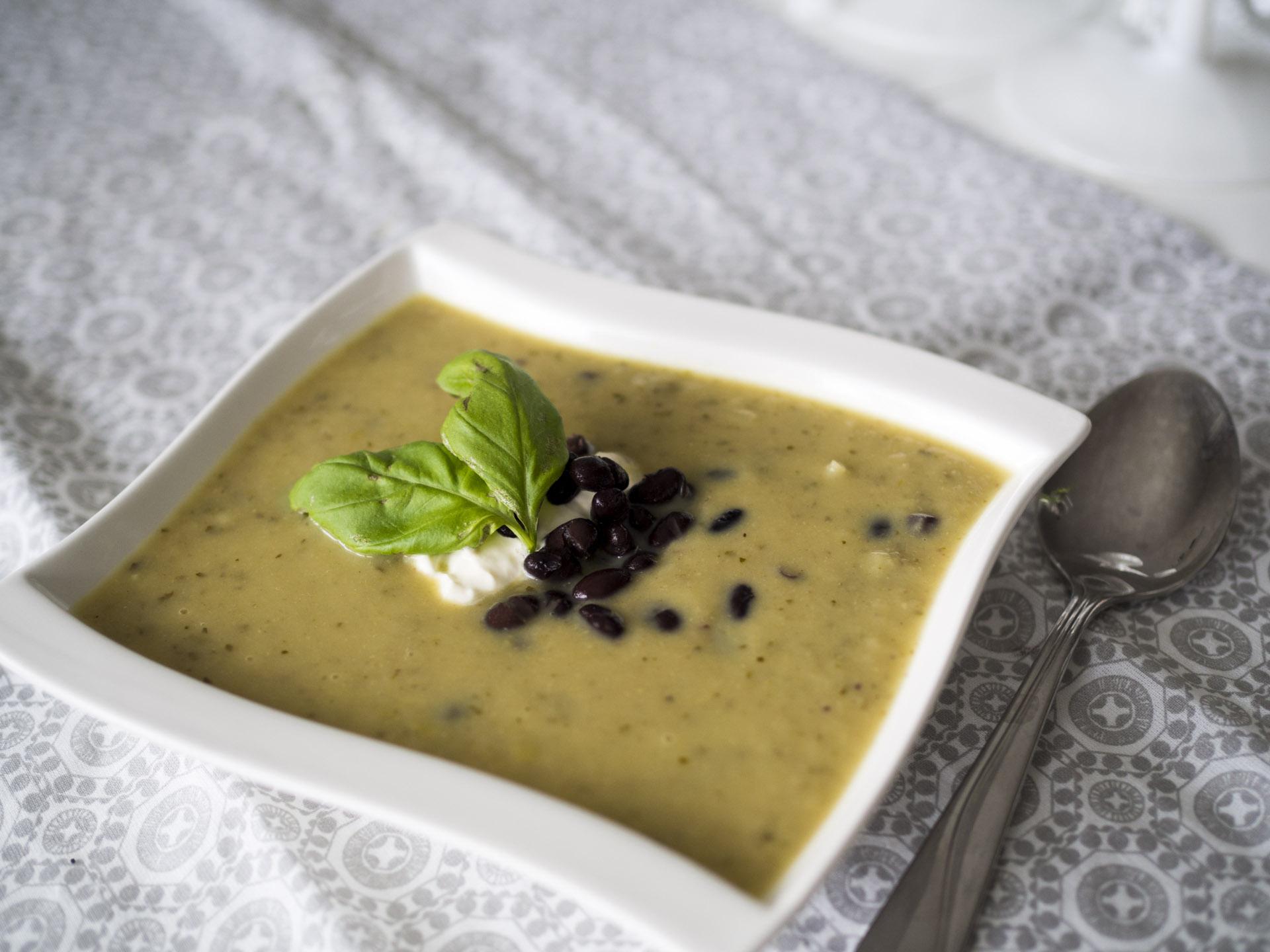 Vitkålssoppa med gröncurry och svarta bönor