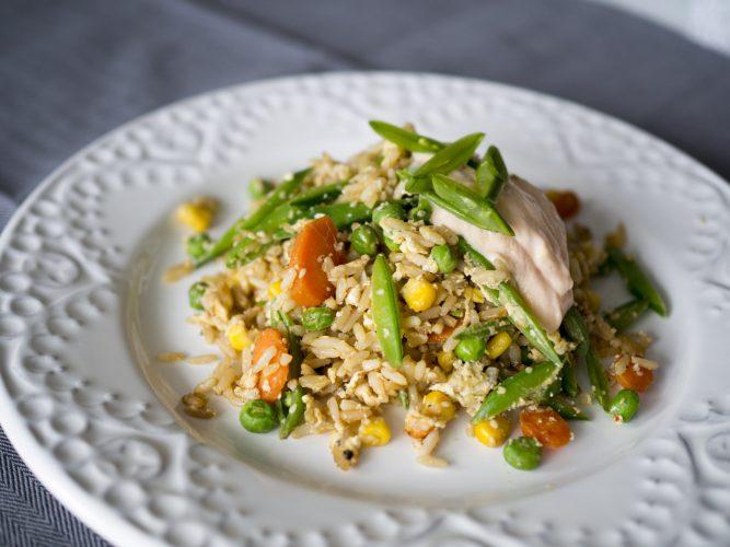 Fried rice med grönsaker och sweetchilikräm