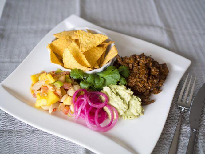 Chiligryta med snabbpicklad rödlök, bönsalsa och guacamole