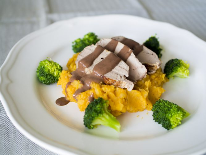 Helstekt fläskfilé med sötpotatisstomp och broccoli