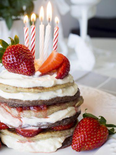 Bananpannkakstårta med choklad, vanilj och jordgubbar