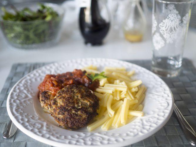 Biffar med morot, pasta och tomatsås