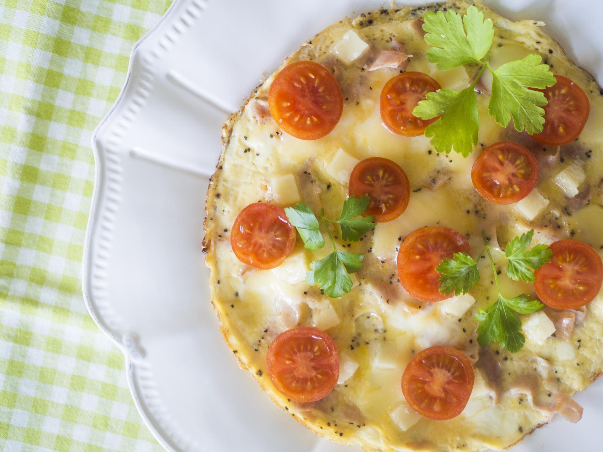 Ost- och skinkomelett med tomat