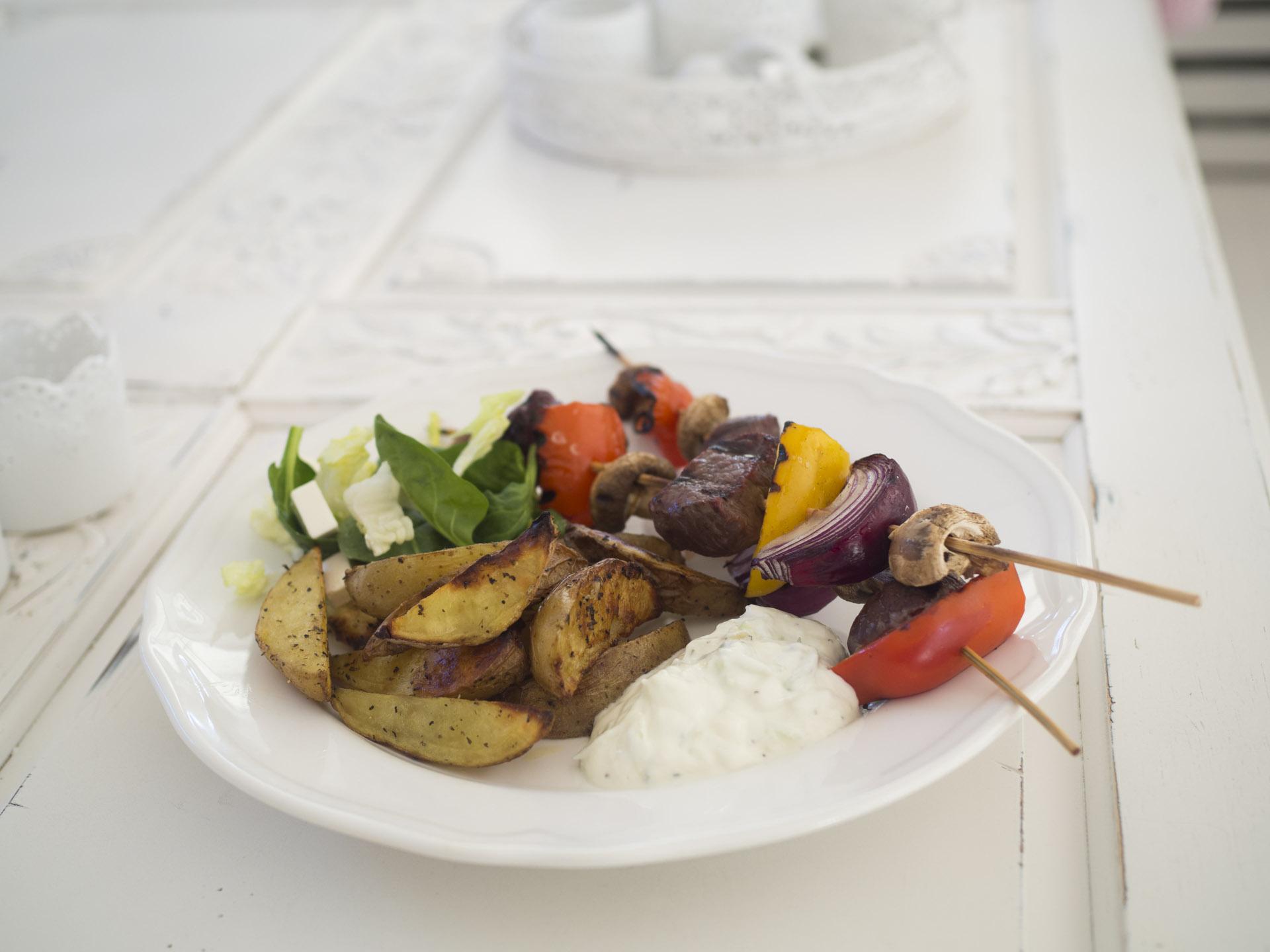 Grillspett med tzatziki och klyftpotatis