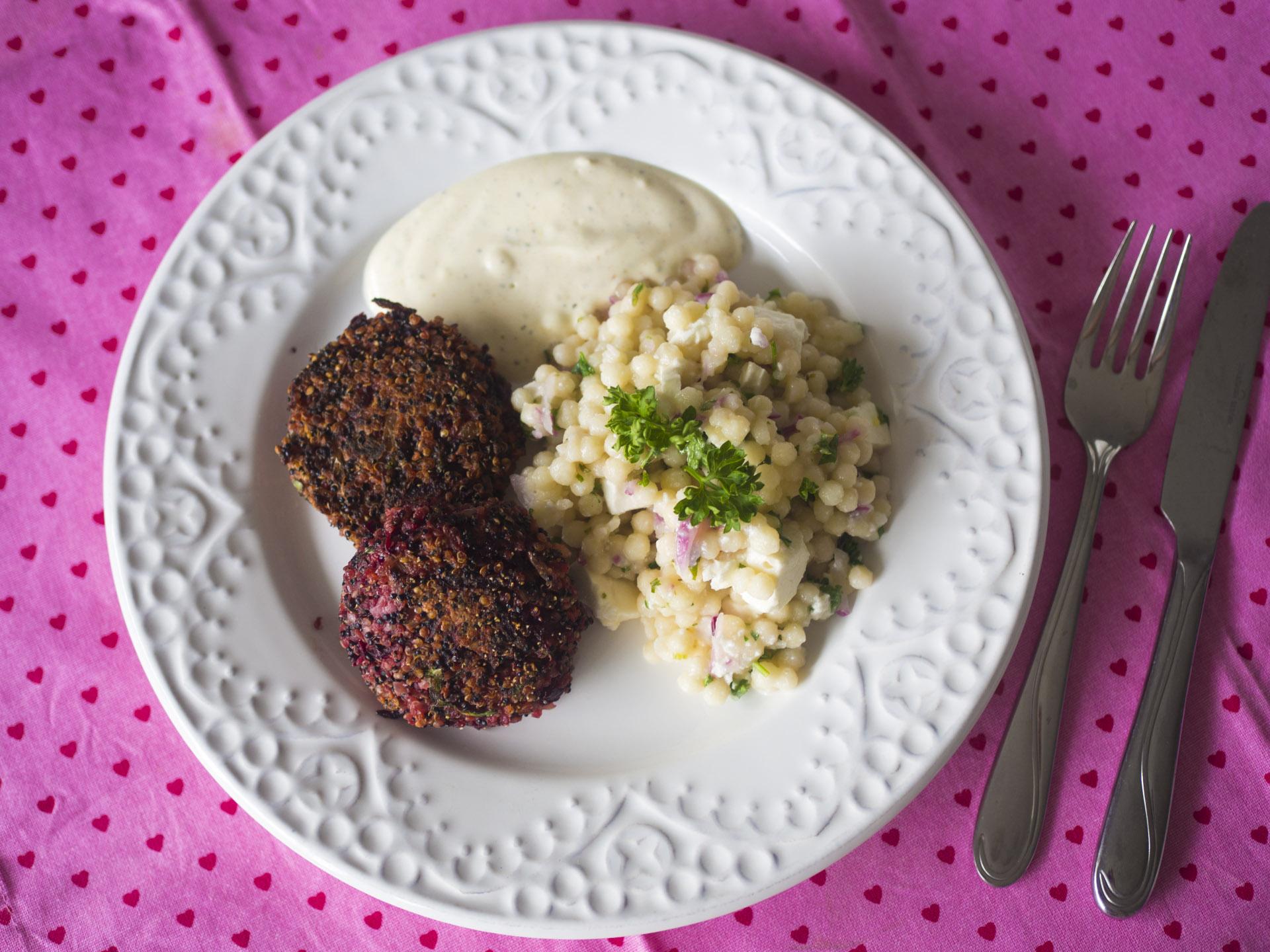 Rödbetsbiffar med quinoa och pärlcouscoussallad
