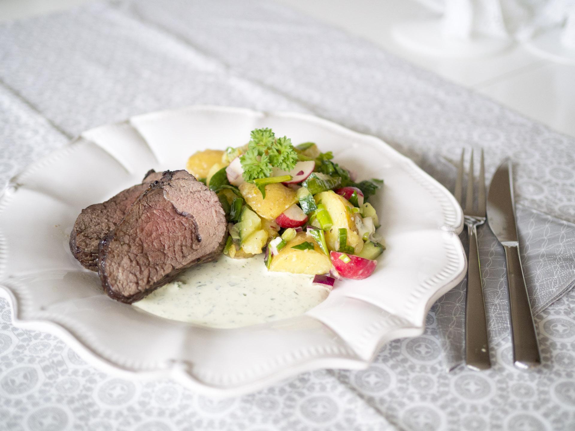 Rödvinsmarinerad rostas med potatissallad och örtsås