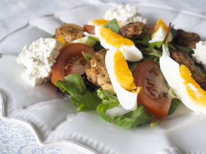 Kycklingsallad med ägg och fetaostkeso