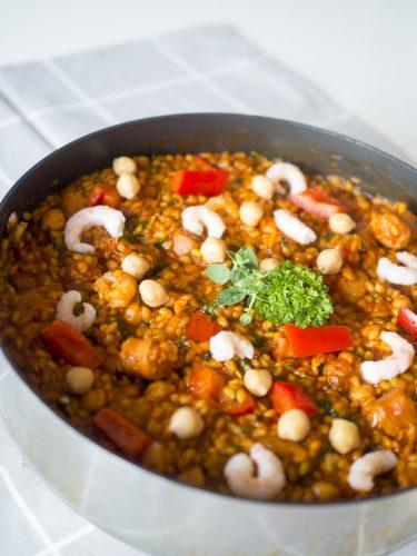 Örtpaella med chorizo och räkor