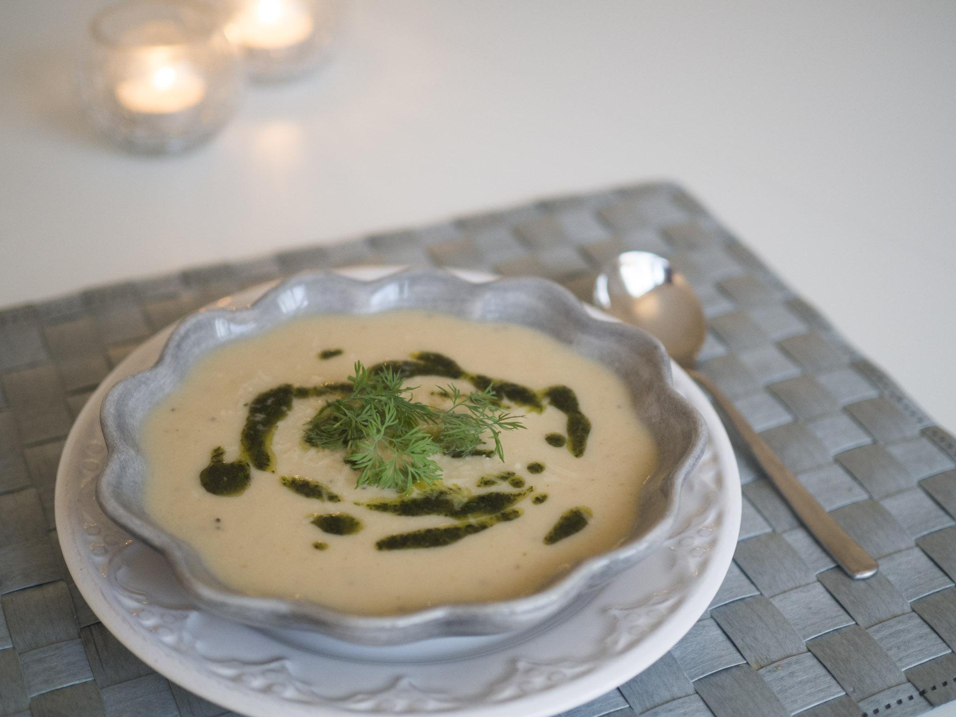 Blomkålssoppa med parmesan och örtolja