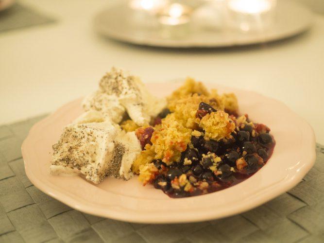 Saffranssmulpaj med svarta vinbär och kardemummaglass