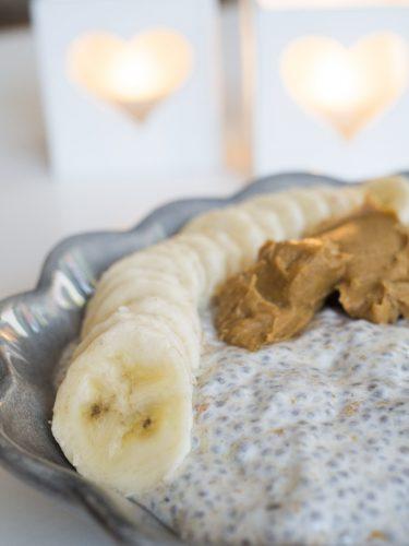 Krämig chiapudding med jordnötssmör och banan