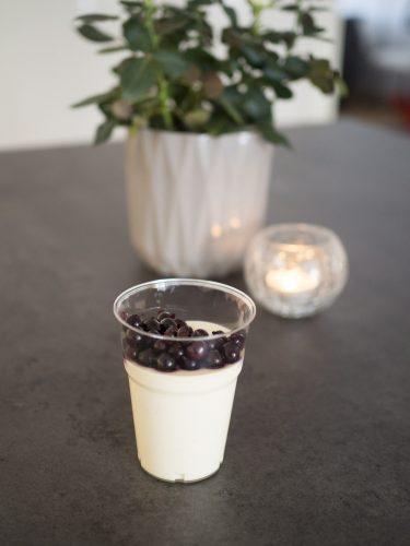 Gräddfilspannacotta med svarta vinbär