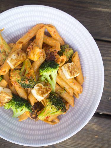 Ajvarpasta med broccoli och halloumi