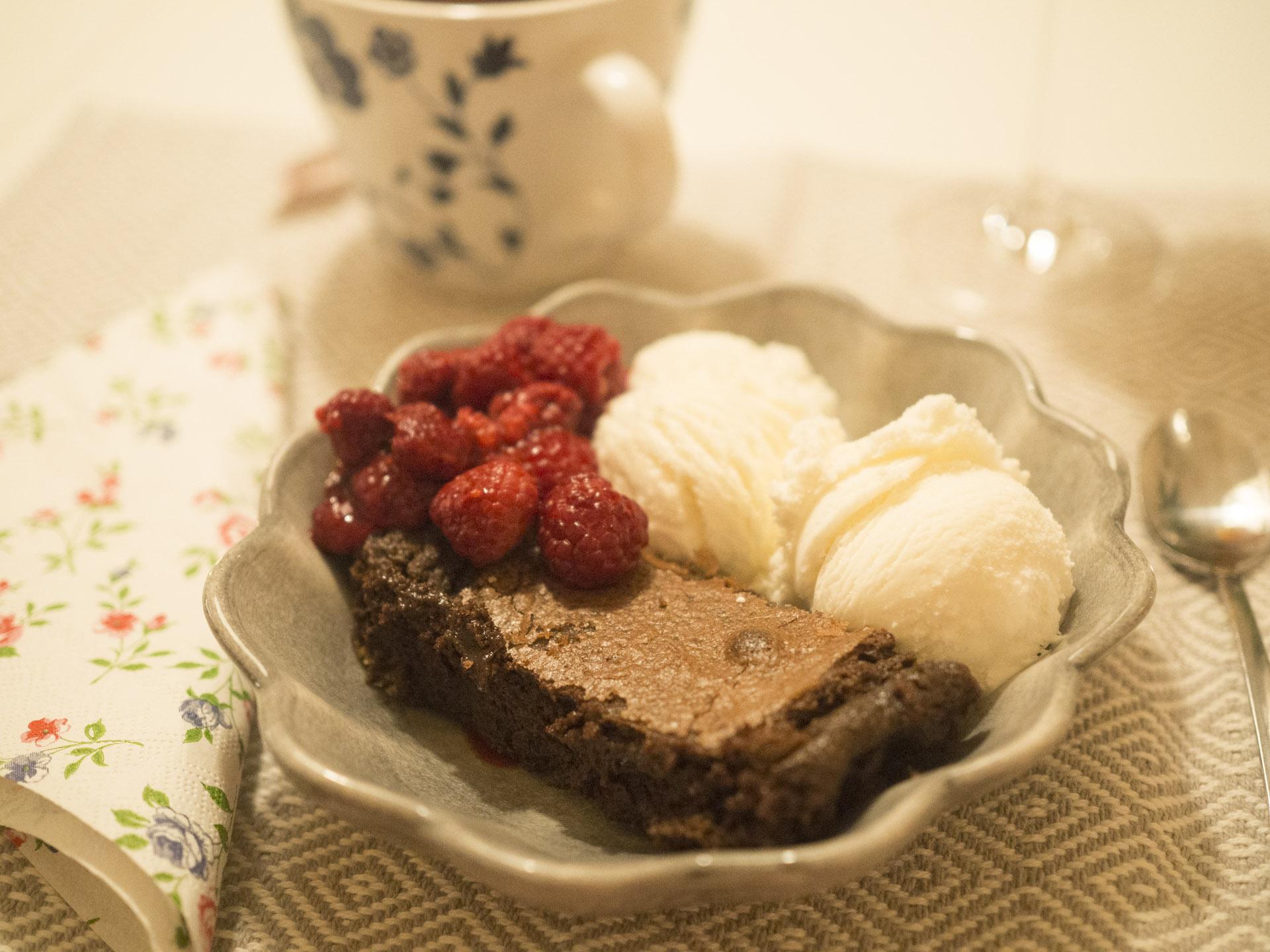 Kladdkaka med glass och varma hallon