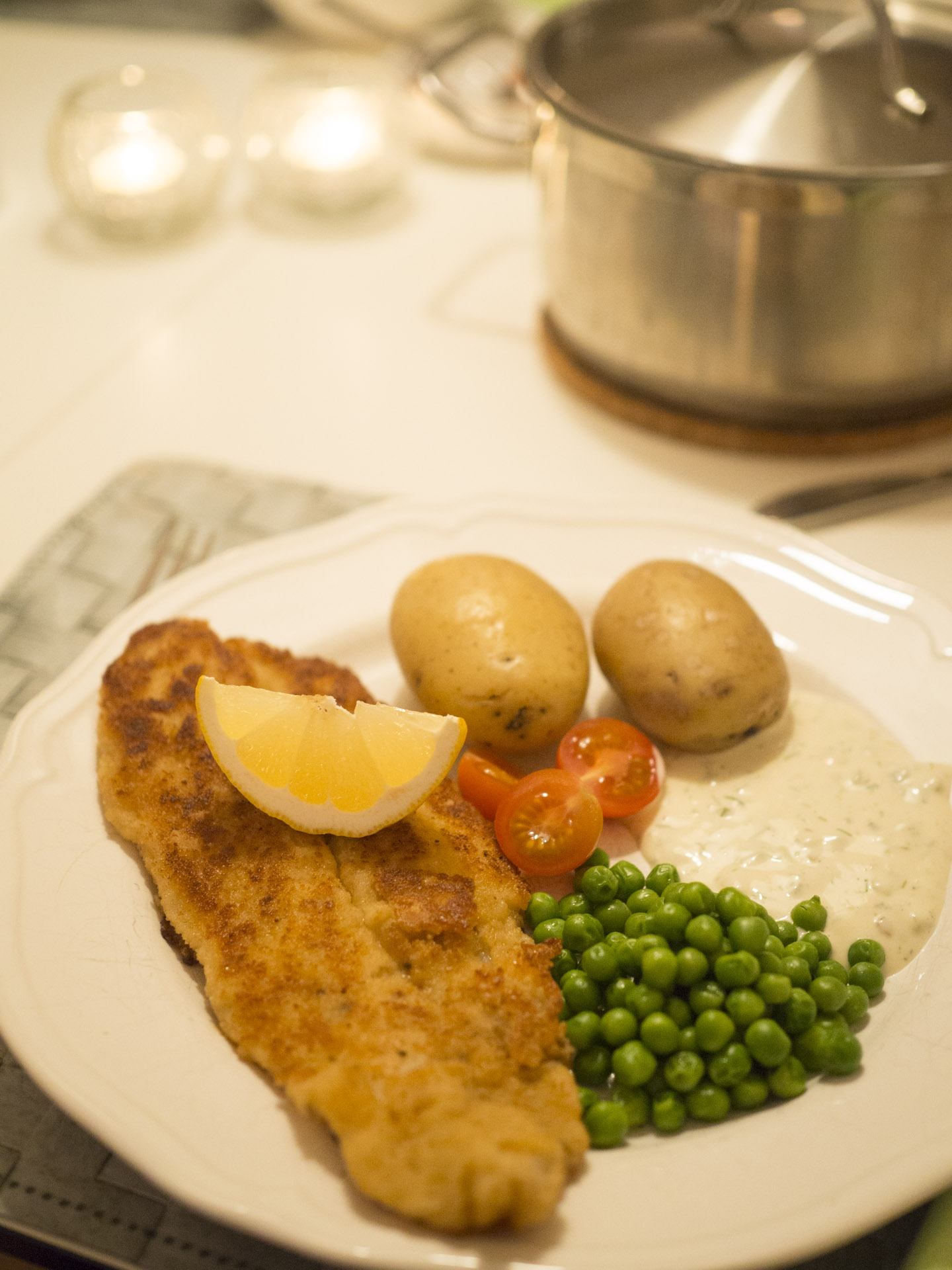 Panerad fisk med potatis och remouladsås