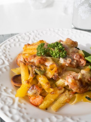 Pastagratäng med korv och spenat