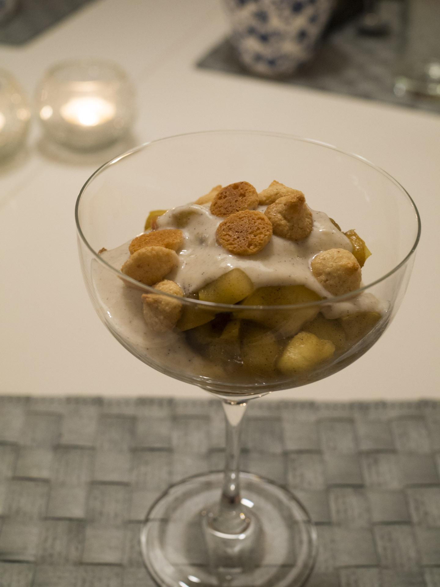 Äppelkompott med vaniljyoghurt och mandelbiskvier