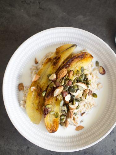 Havregrynsgröt med sirapsstekt banan och rostade nötter