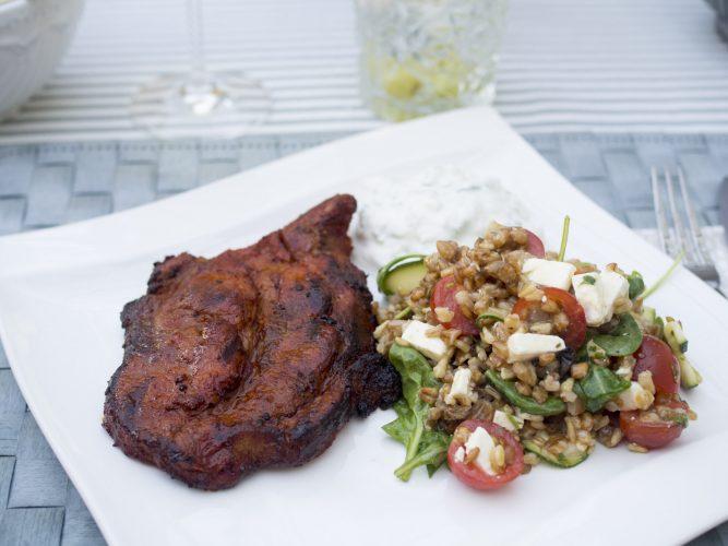 Grillad fläskkarré med matkornssallad med marinerad zucchini