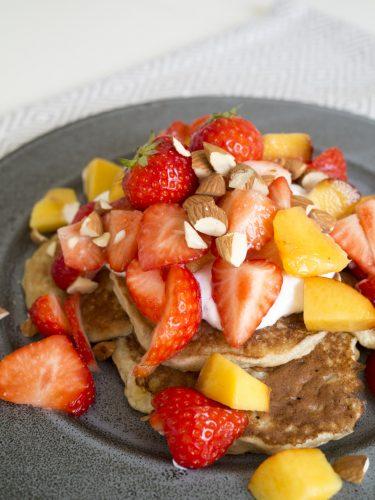 Bananpannkakor med jordgubbar, nektarin och mandlar