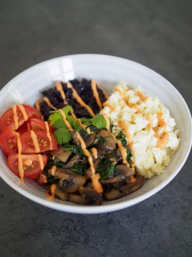 Äggrörebowl med svart ris