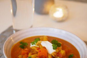 Kycklingsoppa med curry och äpple