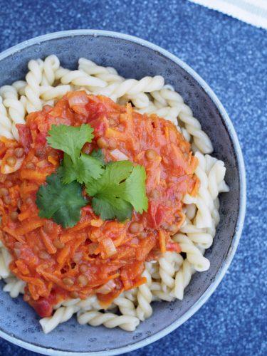 Pasta med kryddig morot- och linssås