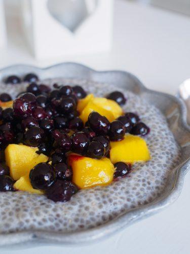 Vaniljchiapudding med mango och svarta vinbär