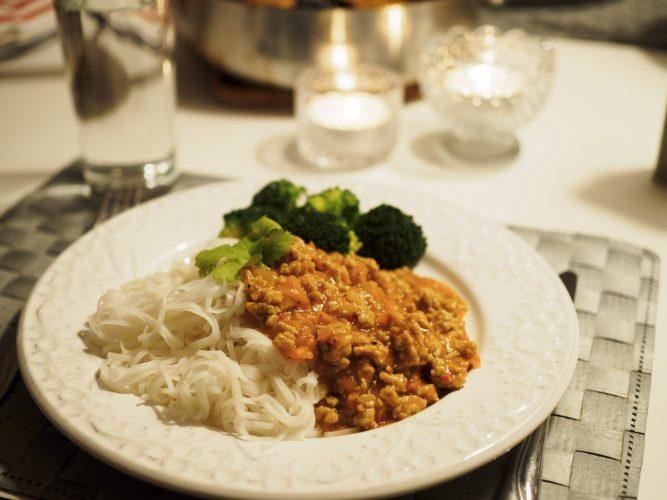 Asiatisk kycklingfärs med nudlar och broccoli
