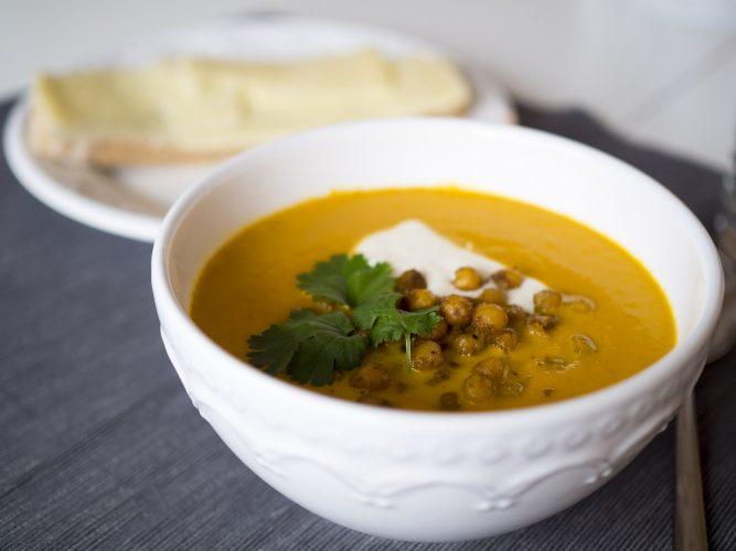 Morotssoppa med grön curry och kryddiga kikärter