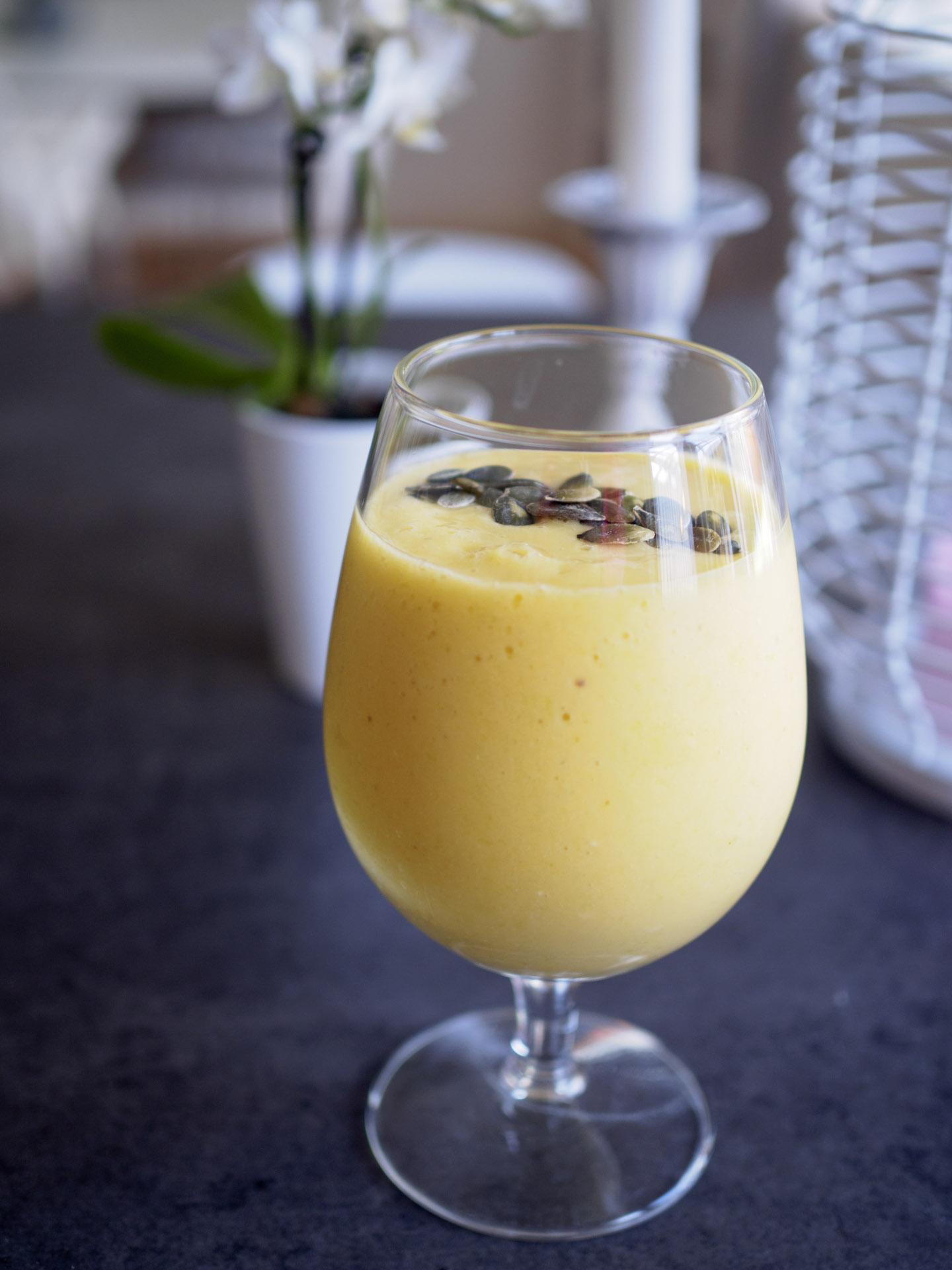 Apelsinsmoothie med mango och krusbär