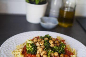 Pasta med tomatsås och kryddrostad broccoli och kikärter