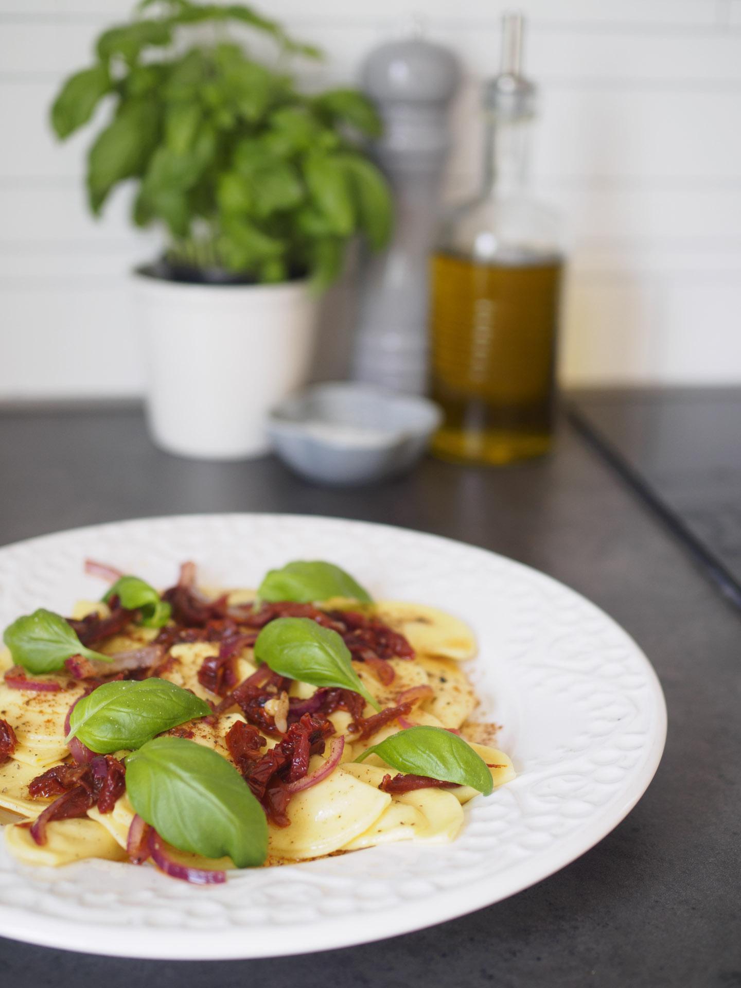 Färsk ravioli med brynt smör och soltorkad tomat