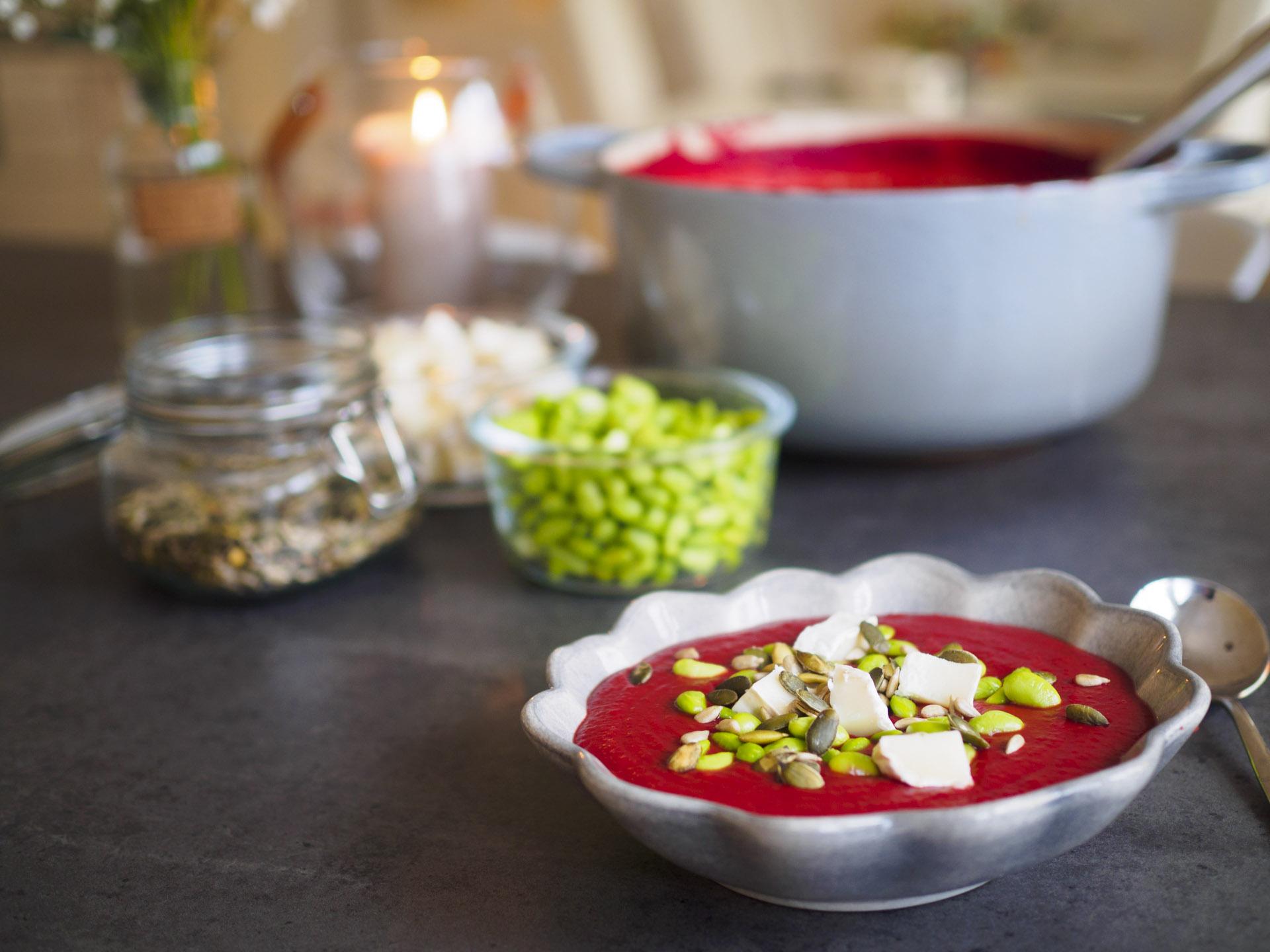 Rödbetssoppa med grön curry och linser