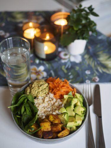 Avokadobowl med halloumi och grönkålshummus
