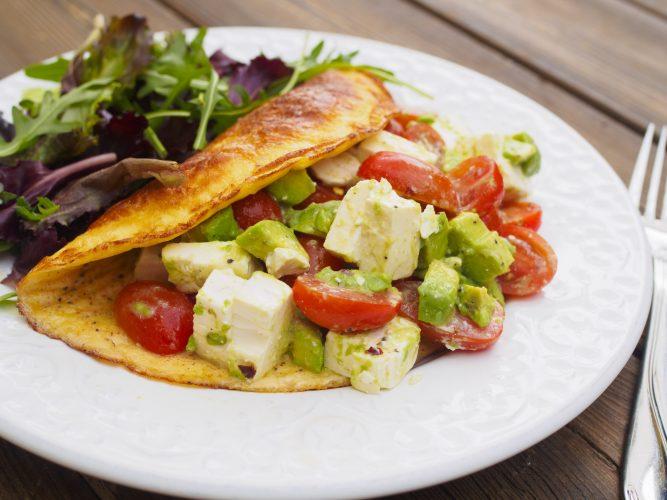 Omelett med avokado, fetaost och tomat