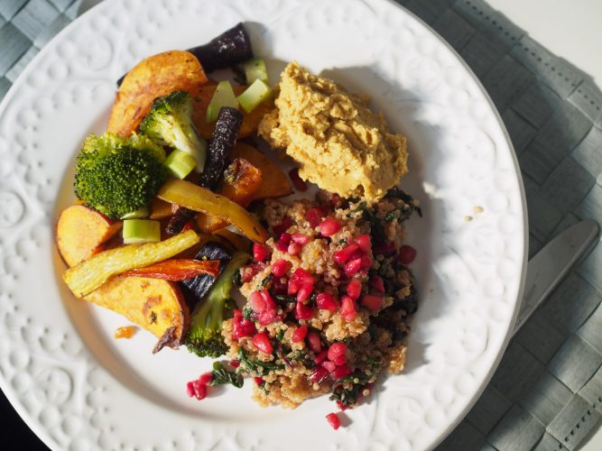 Sötpotatisplåt med quinoa och hummus