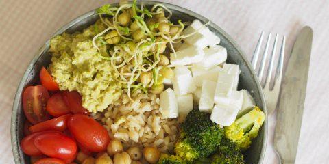Bowl med ärthummus och curryrostad broccoli