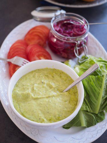 Hamburgare med grönkålsmajo och sötpotatispommes