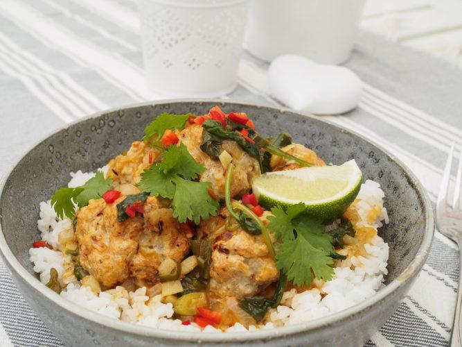 Kycklingbullar med currysås med koriander och chili